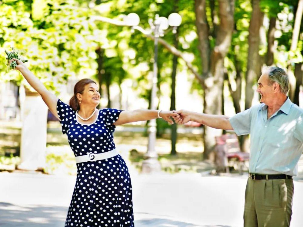 老人坚持跳舞,防跌倒!