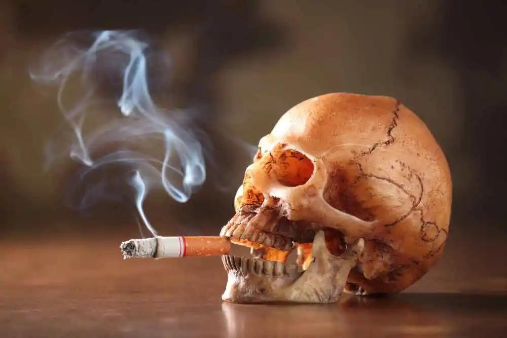 爱抽烟的老烟民,4种症状最好别出现!若出现,怕是肺开始癌变了