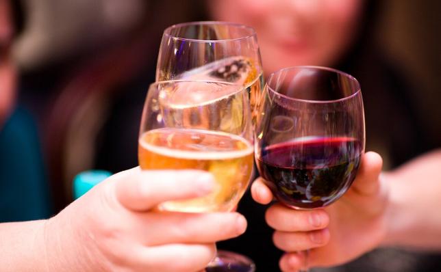 喝酒脸红的人酒量更大?辟谣:这种情况多喝酒,更要注意3种风险